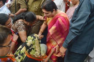 योगी की पुलिस से परेशान महिलाओं ने पकड़े मंत्री के पैर