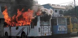 कासगंज: दुकानों और बसों में लगाई आग, देसी बम बरामद