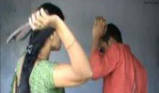वैलेंटाइन डे: सेठ गली में मर्दानी ने मनचले को चप्पलों से पीटा