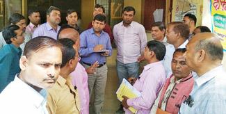प्राथमिक शिक्षक संघ ने बीएसए कार्यालय पर दिया धरना