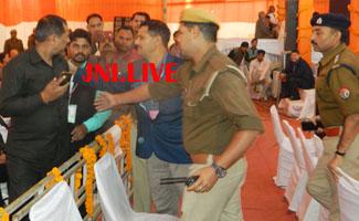 दलाई लामा के मंच पर पिस्टल लेकर पंहुचा अपर्णा यादव का सुरक्षाकर्मी,मचा हड़कम्प