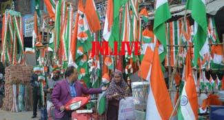 गणतंत्र की वर्षगांठ का उल्लास,तिरंगे से सजी दुकानें