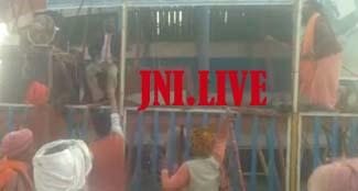 रामनगरिया में अश्लील नृत्य से खफा नागा साधुओं ने मनोरंजन कर्मियों को दौड़ाया