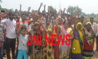 जानलेवा सड़क के विरोध में ग्रामीणों ने किया प्रदर्शन
