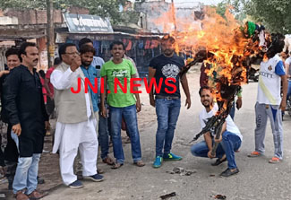 शिवपाल समर्थकों नें फूंका अखिलेश यादव का पुतला