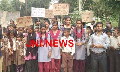 साथी को न्याय दिलाने सड़क पर उतरे छात्र-छात्राएं
