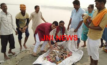 गंगा भक्तों ने सिंगीरामपुर घाट से बटोरी गंदगी