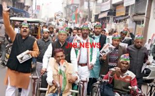 भारत बचाओं रैली के कांग्रेस ने पम्पलेट किये वितरित